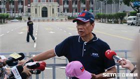 國民黨總統初選參選人郭台銘會後說要走到總統府贈帽給蔡英文。(圖/記者盧素梅攝)