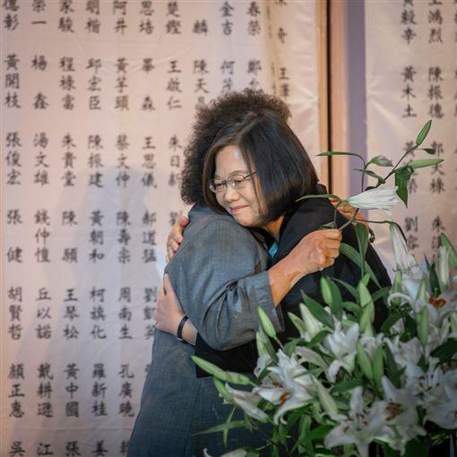 總統蔡英文7日出席促轉會最後一波「刑事有罪判決撤銷公告儀式」。(圖/翻攝蔡英文臉書)