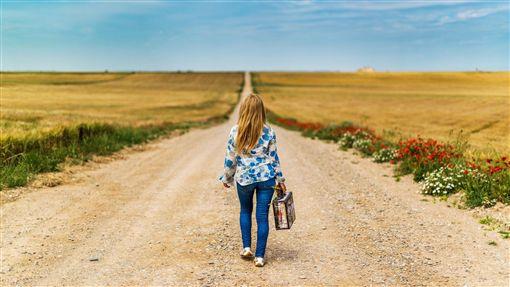 出國工作,海外工作,旅行,出遊,觀光,行李箱,女孩,女生,女性,正妹,長髮妹,孤獨,孤單,背影,寂寞,一個人(pixabay, josealbafotos)