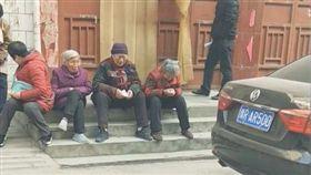 「再聚會拆房子」!中共打壓宗教燒聖經 信徒蹲坐門前痛哭(圖/翻攝自Bitter Winter - 寒冬 YouTube)