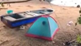 香港,沙灘,帳篷,野戰,情侶。(圖/翻攝自YOUTUBE)