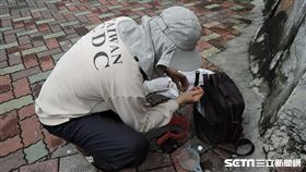疾管署防疫人員於台南市中西區開山里執行孳生源查核。(圖/疾管署提供)