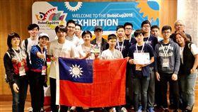 (16:9)台灣小將到澳洲雪梨參加機器人大賽獲得聯賽冠軍。(圖/翻攝自王欣儀臉書)