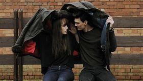 情侶、躲雨、撐傘(圖/翻攝自PIXABAY)
