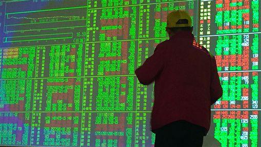 台股開低走低台北股市3日跳空開低,收盤下跌121.35點,為10743.77點,跌幅1.12%,成交金額新台幣1117.32億元;加權指數開盤為10793.1點,盤中最高10812.65點,最低10720.66點。中央社記者董俊志攝 108年7月3日