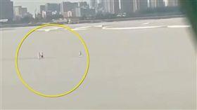 大陸浙江地區7日傳出溺斃意外!這起事件發生在浙江杭州的錢塘江,當時有3名男子試圖要徒步過江,被一旁民眾直擊,不斷呼喊他們回頭,但3人卻小看河水強度,堅持站在岸邊,最後一道河流突然襲來,硬生將3人滅頂,其中有2名男子還不會游泳,最後導致一人喪命。民眾也將驚險畫面上傳,讓不少網友看了都大嘆「別拿生命當兒戲」。(圖/翻攝自梨視頻)