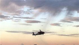 黑鷹直升機綠島連3天後送就醫(1)台東綠島鄉一名男子2日清晨遭鈍器刺破下腹部,空勤直升機拂曉出勤,將男子送到台東馬偕醫院急救,綠島連續3天有病患、傷患後送就醫。(空勤提供)中央社記者盧太城台東傳真 108年6月2日