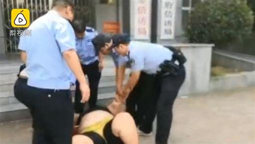 中國大陸,150公斤女子強吻老伯(圖/翻攝自梨視頻)