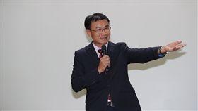 歐盟解除台灣遠洋漁業黃牌 陳吉仲說明歐盟27日解除對台灣遠洋漁業的黃牌警告,農委會從立法監督業者,又數度邀請歐盟官員來台訪查,台灣保護漁業資源的努力,終於獲得國際認可。農委會主委陳吉仲召開記者會說明。中央社記者張皓安攝 108年6月27日