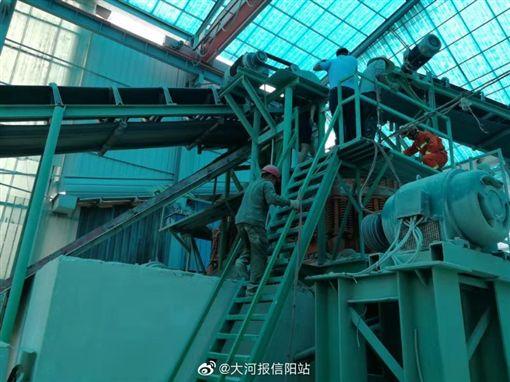 中國大陸建材廠工人遭碎石機絞死(圖/翻攝自微博)