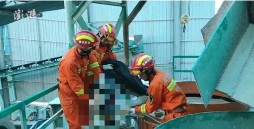 中國大陸建材廠工人遭碎石機絞死(圖/翻攝自澎湃新聞)