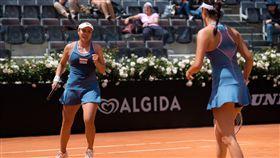 詹家姊妹逆轉秀  羅馬網賽晉4強台灣網球女將詹詠然(左)、詹皓晴(右)姊妹檔17日在羅馬網賽女雙8強賽中,歷經1小時55分苦戰,以2比1逆轉勝,晉級4強。(WTA提供)中央社  108年5月17日