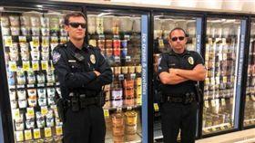 伸舌大「舔」冰淇淋引發模仿 德州警察冰櫃前站崗防噁客(圖/翻攝自@kellerpolice Twitter)
