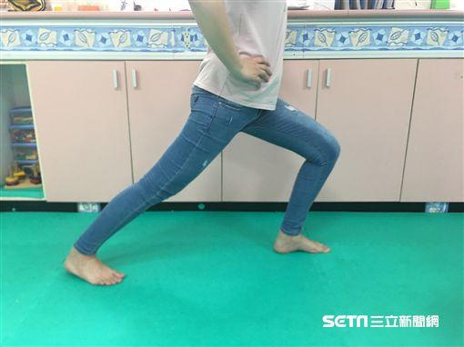 穿夾腳拖恐對腳部造成負擔/南投醫院提供