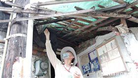 疾管署防疫人員於台南市中西區開山里查核孳生源。(圖/疾管署提供)