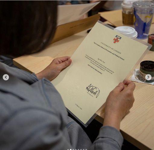 蔡英文總統參訪狄卡科技股份有限公司(Dcard),並把我有鋼印的倫敦政經學院畢業證書帶去了。(圖/翻攝蔡英文IG)