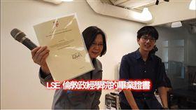 蔡英文總統9前往狄卡科技股份有限公司(Dcard)參訪,持續關心台灣新創產業發展情形。(圖/翻攝蔡英文臉書)
