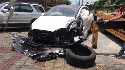 台北,特斯拉,車禍,公車,肇事責任,車頭半毀。翻攝畫面