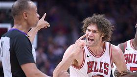 NBA/挑戰制通過 小洛:沒人情味 NBA,密爾瓦基公鹿,Robin Lopez,挑戰制,裁判 翻攝自推特