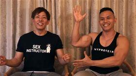Youtuber健人蓋伊找來日本AV天王清水健,傳授6個最好的性愛動作。翻攝Youtube