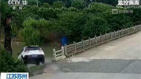 江蘇,開車,墜河,溺死,熊孩子,吵鬧,安全座椅。(圖/翻攝自央視新聞)