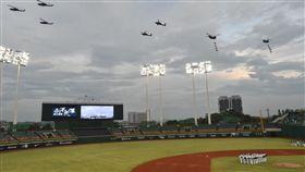 國軍致敬 IDF戰機衝澄清湖棒球場(2)迎接九三軍人節,國防部1日晚間與中華職棒富邦悍將隊合作,在高雄澄清湖球場舉辦「向英雄致敬」活動,一同向守護家園的「國軍英雄」致敬。國防部首度出動CH-47陸航直升機掛上「軍民同心」、「守護家園」布條(圖),並出動多架IDF戰機壓軸低空衝場,為比賽揭開序幕。圖文/中央社記者董俊志 106年9月1日