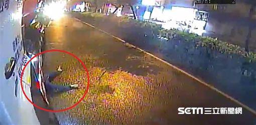 婦人闖馬路遭混凝土車輾斃
