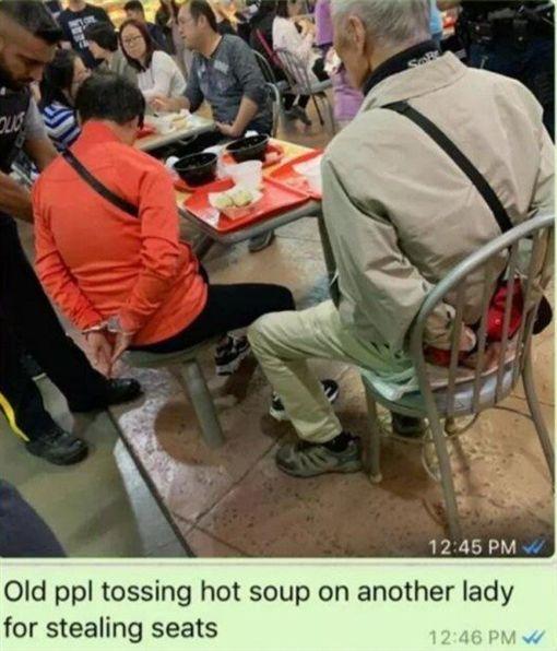 加拿大麗晶廣場上周六(6日)發生一起「潑熱湯」事件,一對中國老夫婦在美食廣場時,與另一名年輕女子發生爭執,沒想到老婦女直接往對方臉上潑熱湯,被溫哥華警方當場「上銬」。(圖/翻攝自看中國)