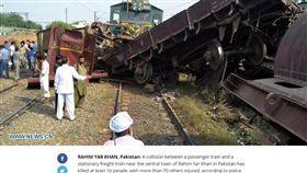 巴基斯坦火車對撞,造成多人傷亡。(圖/翻攝自bisouv)