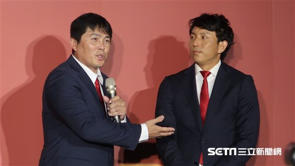 川崎宗則擔任味全龍客座守備教練。(圖/記者王怡翔攝影)