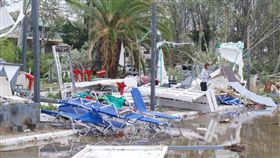希臘極端天氣!暴風+冰雹「吉普車秒解體」 6死上百傷(圖/翻攝自twitter)