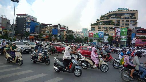 越南人口9620萬 世界上排名第15越南中央人口與住房普查工作指導委員會11日表示,截至2019年4月越南人口達9620萬,其中4788萬名男性和4832名女性,在東南亞地區排名第3位,在世界上排名第15位。中央社河內攝 108年7月11日