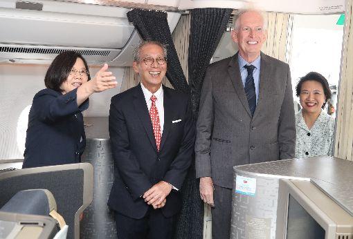 蔡總統專機抵達紐約 莫健接機(2)總統蔡英文(左)出訪加勒比海4個友邦,過境美國紐約將停留2晚,美國在台協會主席莫健(James Moriarty)(右2)、駐美代表高碩泰(左2)等人上專機迎接蔡總統所率領的訪問團。中央社記者張新偉攝 108年7月12日