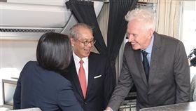 蔡總統專機抵達紐約 莫健接機(1)總統蔡英文(左)出訪加勒比海4個友邦,過境美國紐約將停留2晚,專機已於美東時間11日下午順利抵達紐約,美國在台協會主席莫健(James Moriarty)(右)、駐美代表高碩泰(左2)等人上專機迎接蔡總統所率領的訪問團。中央社記者張新偉攝 108年7月12日