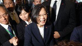 蔡總統接受僑胞熱情歡迎
