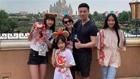 小S日前貼文力挺老公,一家人更到上海迪士尼遊玩。(圖/翻攝自小S IG)