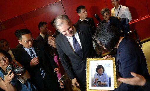 巴拉圭聯合國常代致贈禮物給蔡總統巴拉圭駐聯合國常代亞里歐拉特別帶著蔡總統本人照片,致贈蔡總統。中央社記者江今葉紐約攝  108年7月12日