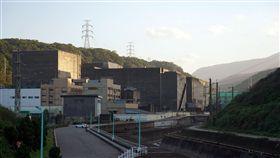 核一廠一二號機組外觀核一廠是台灣首座除役核電廠,1號機40年商轉執照將在5日到期,6日正式進入除役期,除役計畫將以25年分4階段進行。前8年為停機過渡階段,接下來12年為除役拆廠階段,再後3年為最終狀態偵測階段,最後還需2年土地復原階段。圖為核一廠1號及2號機組外觀。中央社記者孫仲達攝 107年12月2日