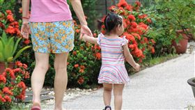 幼兒自帶比例高 苗縣準公托效應待觀察(2)截至9月下旬,苗栗縣完成簽約的私立托嬰中心比例約5成,領有證照保母僅約不到2成。事實上,苗栗0至2歲幼兒由家中長輩照顧比例相當高,業者多半仍在觀望。中央社記者管瑞平攝 107年9月29日