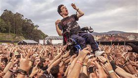 西班牙,音樂祭,搖滾樂,腦麻,癱瘓,輪椅,人體衝浪。(圖/翻攝自推特)