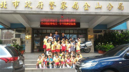 萬里幼兒園參訪金山分局。(圖/翻攝畫面)