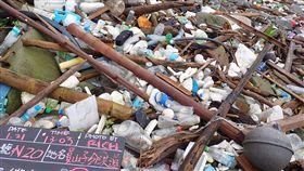海岸快篩調查 記錄員山子分洪道垃圾堆積情景綠色和平與荒野保護協會完成為期1年的海岸快篩調查,走訪台灣本島海岸線121個測站,11日公布結果,其中以北海岸和西南海岸污染最為嚴重;進一步統計垃圾類型則以塑膠瓶罐為大宗。圖為新北瑞芳員山子分洪道廢棄物堆積情形。(綠色和平提供)中央社記者張雄風傳真 108年7月11日