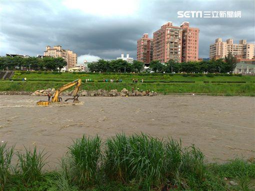 新北市,三峽,怪手,受困,溪水暴漲