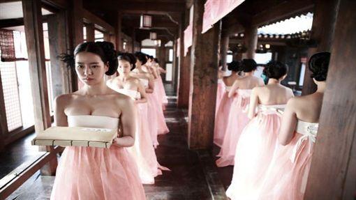 韓國限制級電影《姦臣:色誘天下》畫面。(圖/翻攝自車庫娛樂官網)