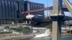 生態浩劫!墨西哥礦場出包 「3000公升硫酸」狂灌海中(圖/翻攝自twitter)