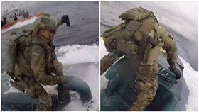 這是在拍電影嗎?美國海岸警衛隊(U.S. Coast Guard)11日時上傳一段警察海上緝凶的影片,讓不少民眾看完後都驚呆了,因為影片中可以看到員警不顧自身安危,直接跳上一艘自走式半潛艇、在海面上載浮載沉,究竟是為了什麼讓他們那麼拼命,原來這艘潛艇載了接近2萬磅的古柯鹼,市價高達2.32億美金,(圖/翻攝自USCG)