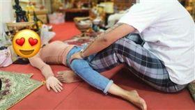 泰國/她們深信張腿招桃花 讓師父頂住觸摸誦經(圖/Sanook)