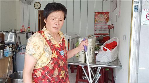 嬤苦撐小吃店日賺百元 養活左眼全盲、發展遲緩幼孫(臉書光線提供)