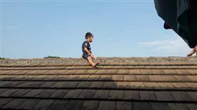 印尼5歲童超怕割禮…一路逃跑爬屋頂「待整整2小時」 父母望天傻眼(圖/臉書)