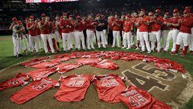 ▲紀念史蓋格斯(Tyler Skaggs)這一夜,天使2投手演出無安打比賽,賽後球員把球衣鋪滿投手丘。(圖/美聯社/達志影像)
